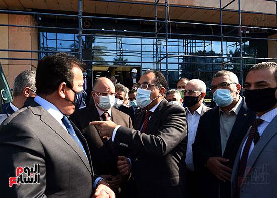 رئيس الوزراء يتفقد أعمال تطوير المعهد القومى للأورام (17)