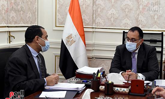 اجتماع رئيس الوزراء مع رئيس الجهاز المركزى للتنظيم والادارة (3)