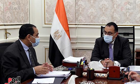 اجتماع رئيس الوزراء مع رئيس الجهاز المركزى للتنظيم والادارة (4)