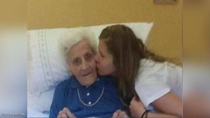 ماريا مع إحدى حفيداتها أثناء الاحتفال بمئويتها