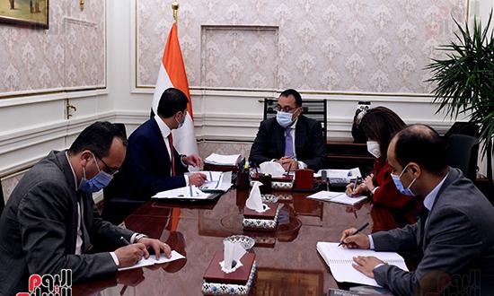 رئيس الوزراء يتابع جهود جذب الاستثمارات خلال الفترة المقبلة (2)