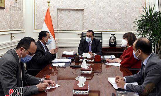 اجتماع رئيس الوزراء مع رئيس الجهاز المركزى للتنظيم والادارة (2)