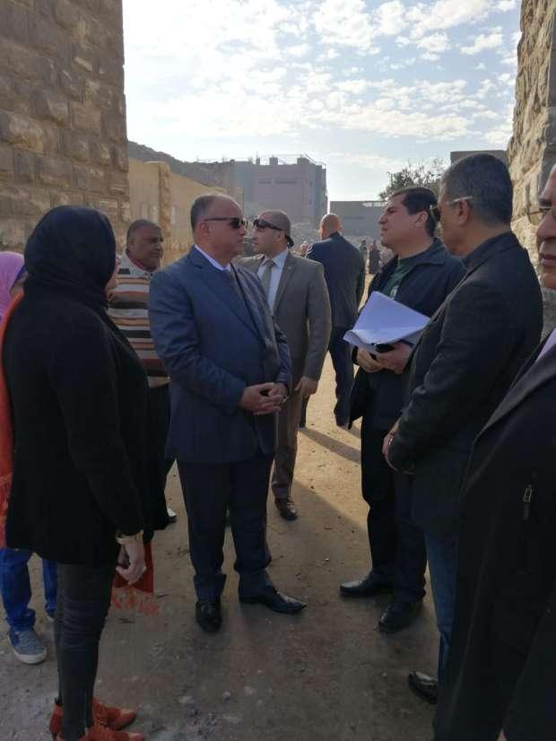 محافظ القاهرة خلال متابعة المشروعات