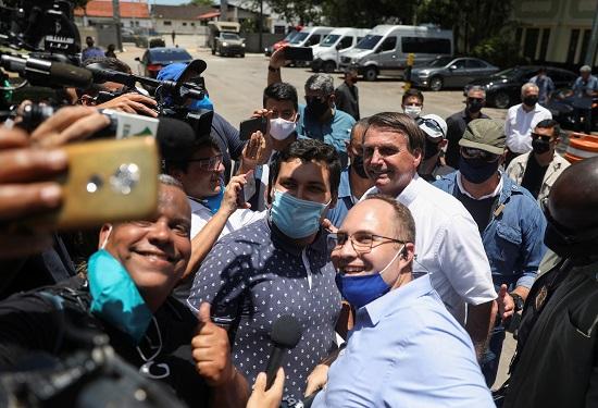الرئيس البرازيلي يدلي بصوته