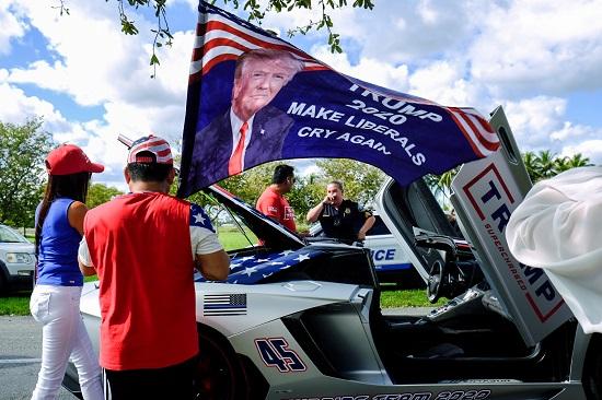 صورت ترامب على لافتة