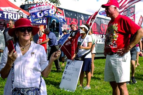 مشاركين في مسيرة ترامب