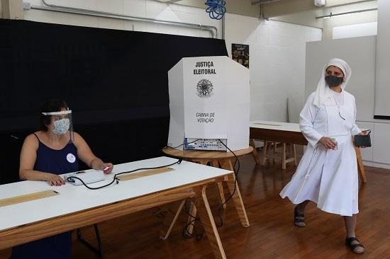 سيدة تشارك في الانتخابات