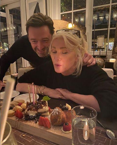 هيو جاكمان يحتفل بعيد ميلاد زوجته الـ65
