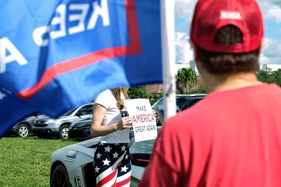 سيدة تحمل لافتة لدعم ترامب