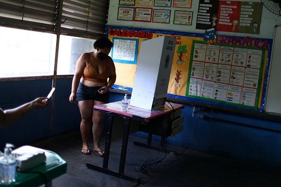 سيدة تنظر في أوراق الانتخابات