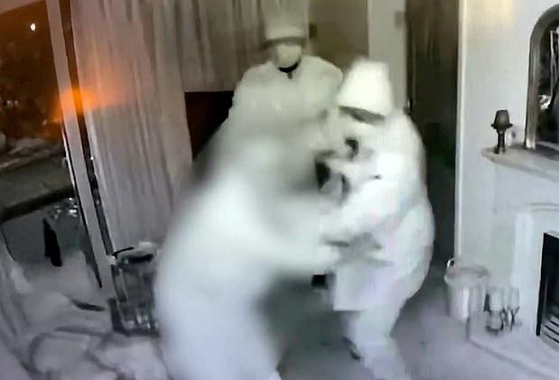 سطو مسلح على منزل عجوز لسرقة سيارته وغضب السوشيال ميديا في إنجلترا (2)