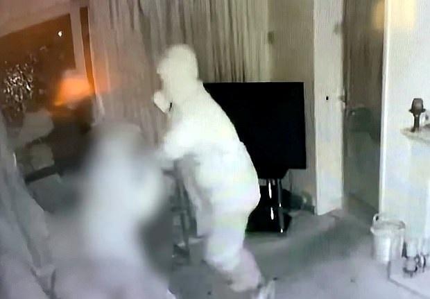 سطو مسلح على منزل عجوز لسرقة سيارته وغضب السوشيال ميديا في إنجلترا (1)