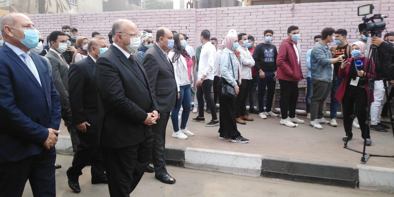 محافظ القاهرة يتفقد لجنة الجامعة العمالية (6)