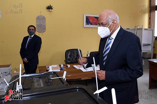 الدكتور على عبد العال يدلي بصوته في الانتخابات البرلمانية (8)