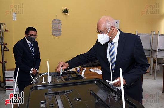 الدكتور على عبد العال يدلي بصوته في الانتخابات البرلمانية (10)