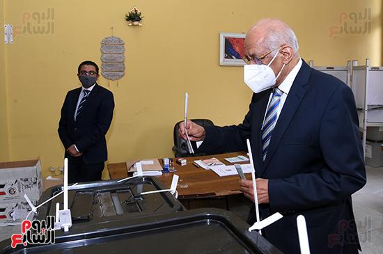 الدكتور على عبد العال يدلي بصوته في الانتخابات البرلمانية (9)