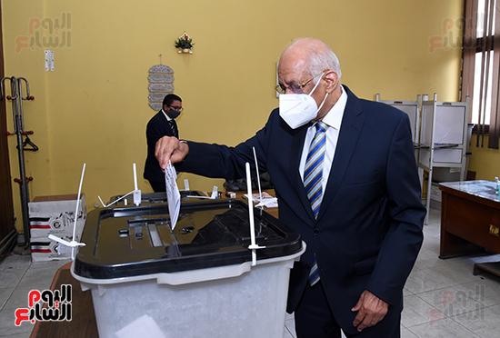 الدكتور على عبد العال يدلي بصوته في الانتخابات البرلمانية (12)