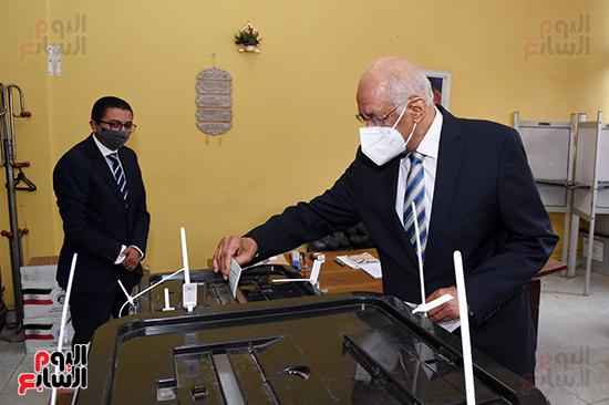 الدكتور على عبد العال يدلي بصوته في الانتخابات البرلمانية (11)
