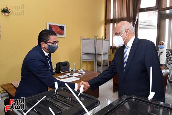 الدكتور على عبد العال يدلي بصوته في الانتخابات البرلمانية (13)