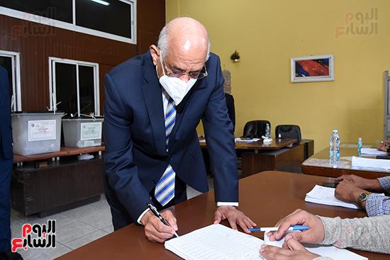 الدكتور على عبد العال يدلي بصوته في الانتخابات البرلمانية (4)