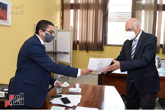 الدكتور على عبد العال يدلي بصوته في الانتخابات البرلمانية (5)