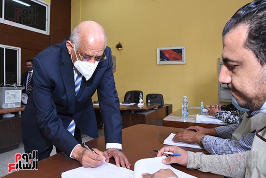 الدكتور على عبد العال يدلي بصوته في الانتخابات البرلمانية (3)
