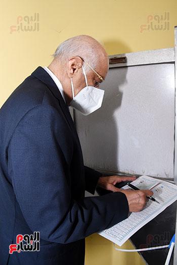 الدكتور على عبد العال يدلي بصوته في الانتخابات البرلمانية (7)