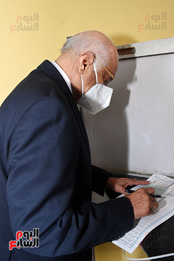 الدكتور على عبد العال يدلي بصوته في الانتخابات البرلمانية (6)