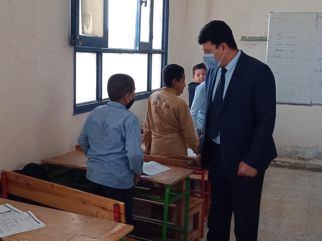 مدير إدارة يوسف الصديق التعليمية بالفيوم يتفقد المدارس (3)