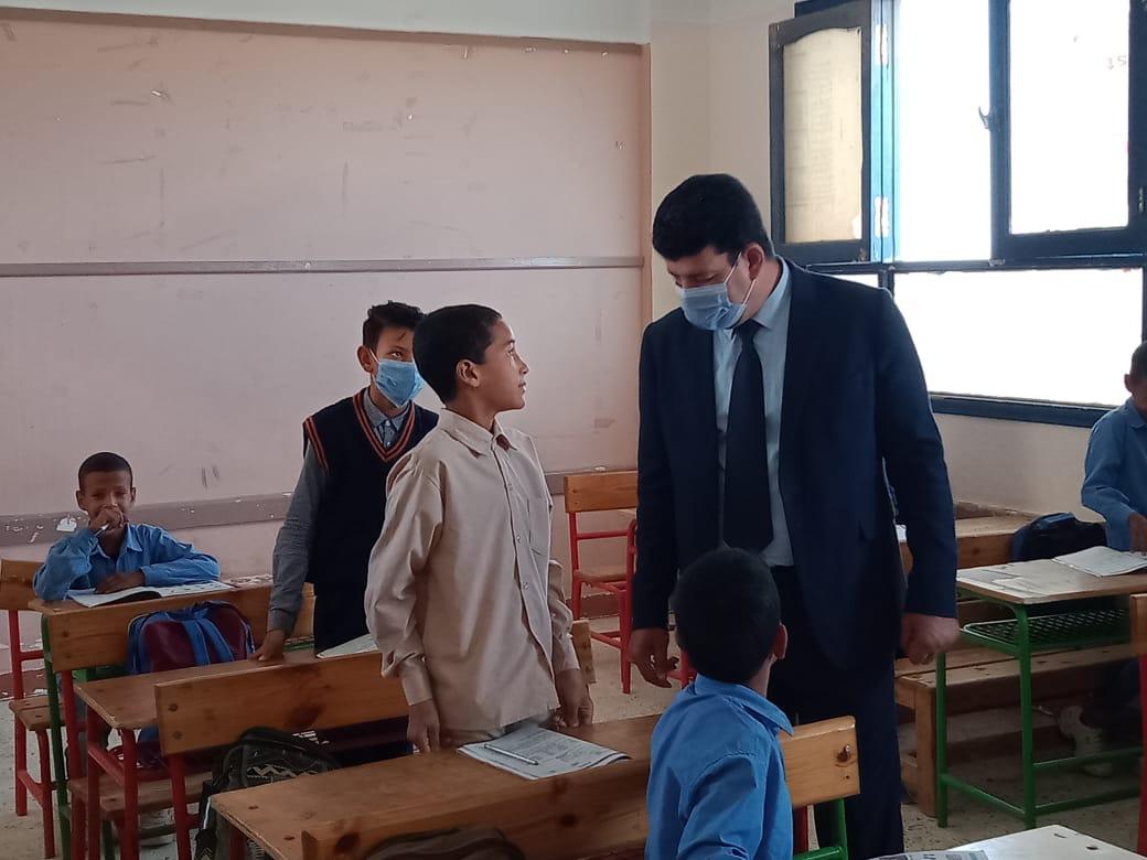 مدير إدارة يوسف الصديق التعليمية بالفيوم يتفقد المدارس (7)