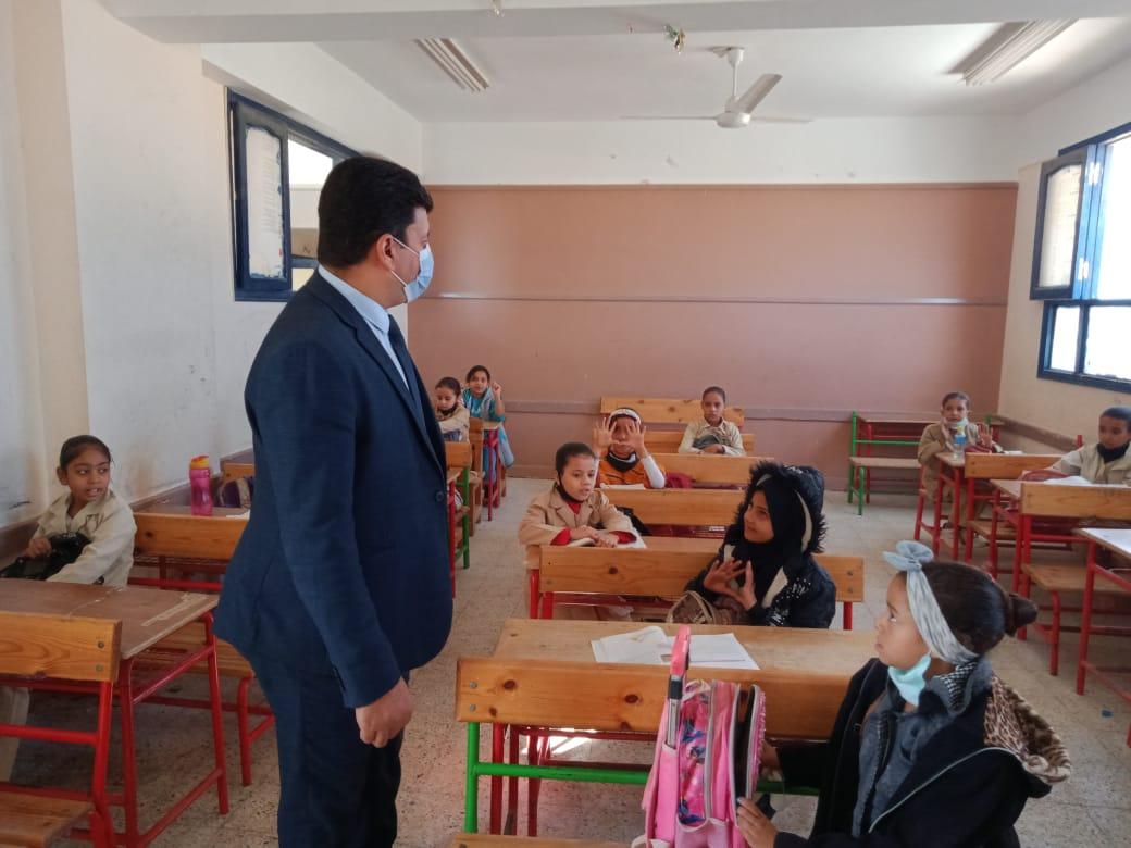 مدير إدارة يوسف الصديق التعليمية بالفيوم يتفقد المدارس (2)