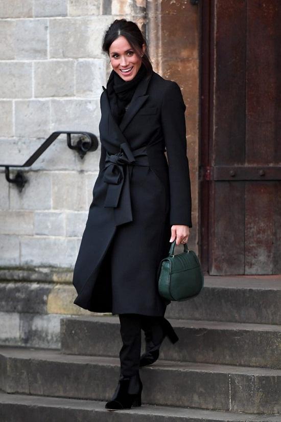 ميجان بمعطف أسود
