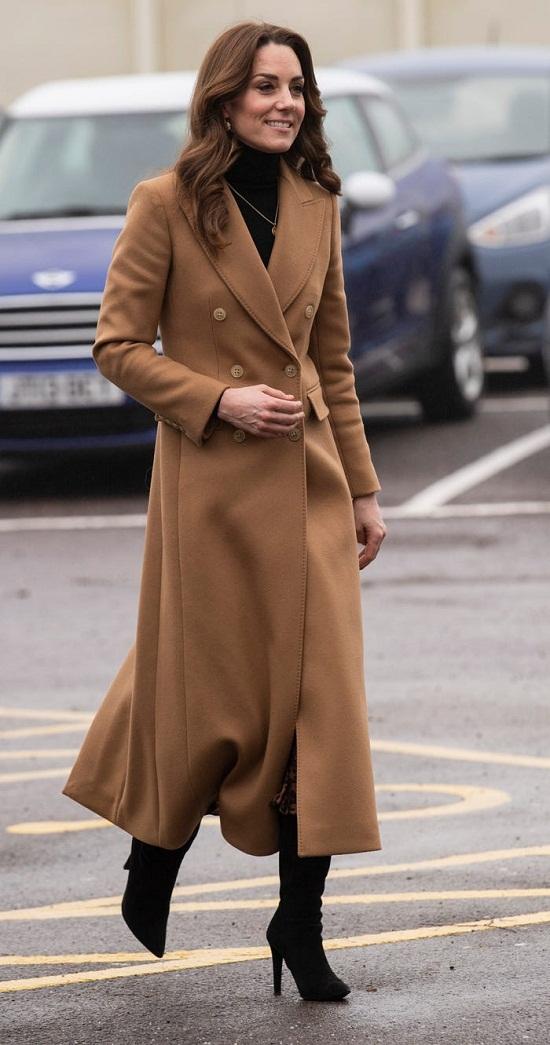 كيت بمعطف بنى