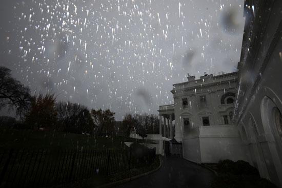 أثار الأمطار على زجاج البيت الأبيض