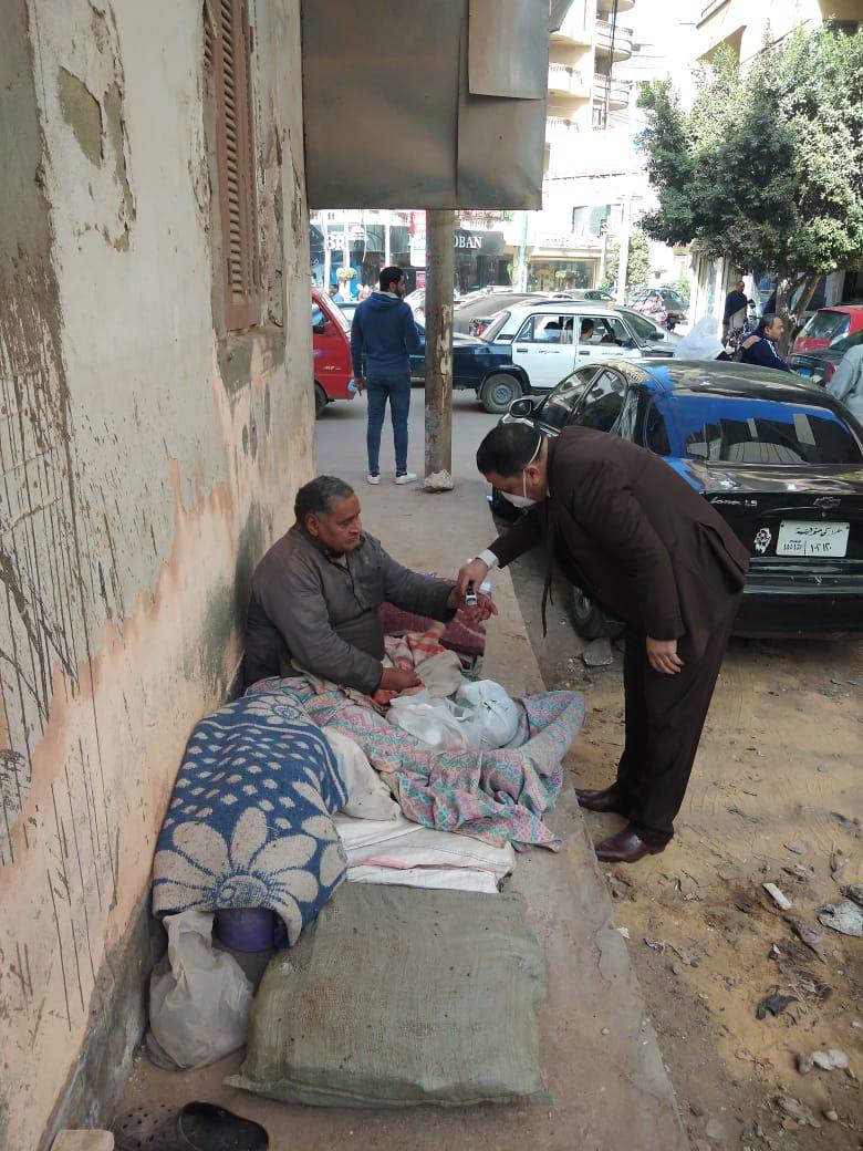 الدكتور خالد ابو المجد يتعامل مع المتسول