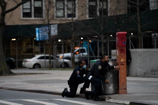 American policemen clash with the gunman