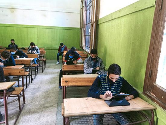 فى أول مواجهة بين طلاب أولى ثانوى وأسئلة التابلت (2)