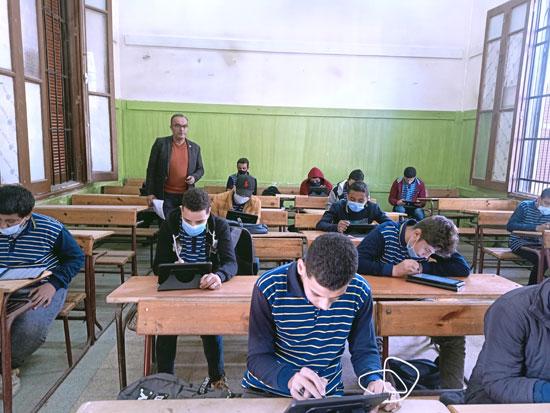 فى أول مواجهة بين طلاب أولى ثانوى وأسئلة التابلت (1)