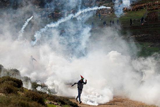 شاب وسط غاز الاحتلال الاسرائيلي