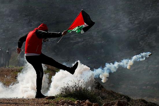 علم فلسطين وسط الغاز