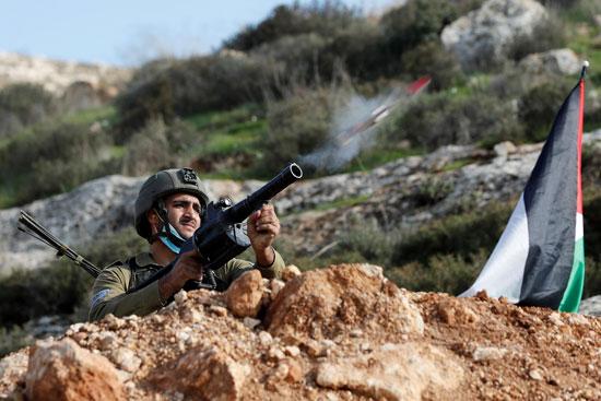جندي إسرائيلي يطلق القنابل
