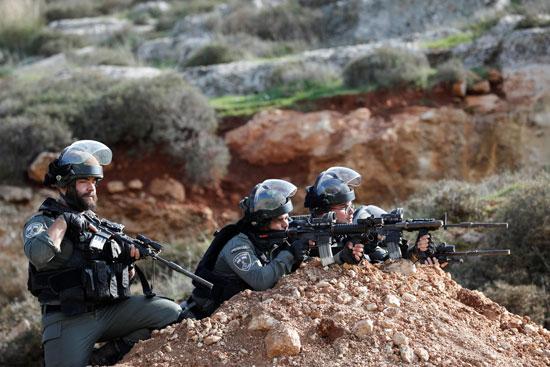 قوات الاحتلال تطلق القنابل