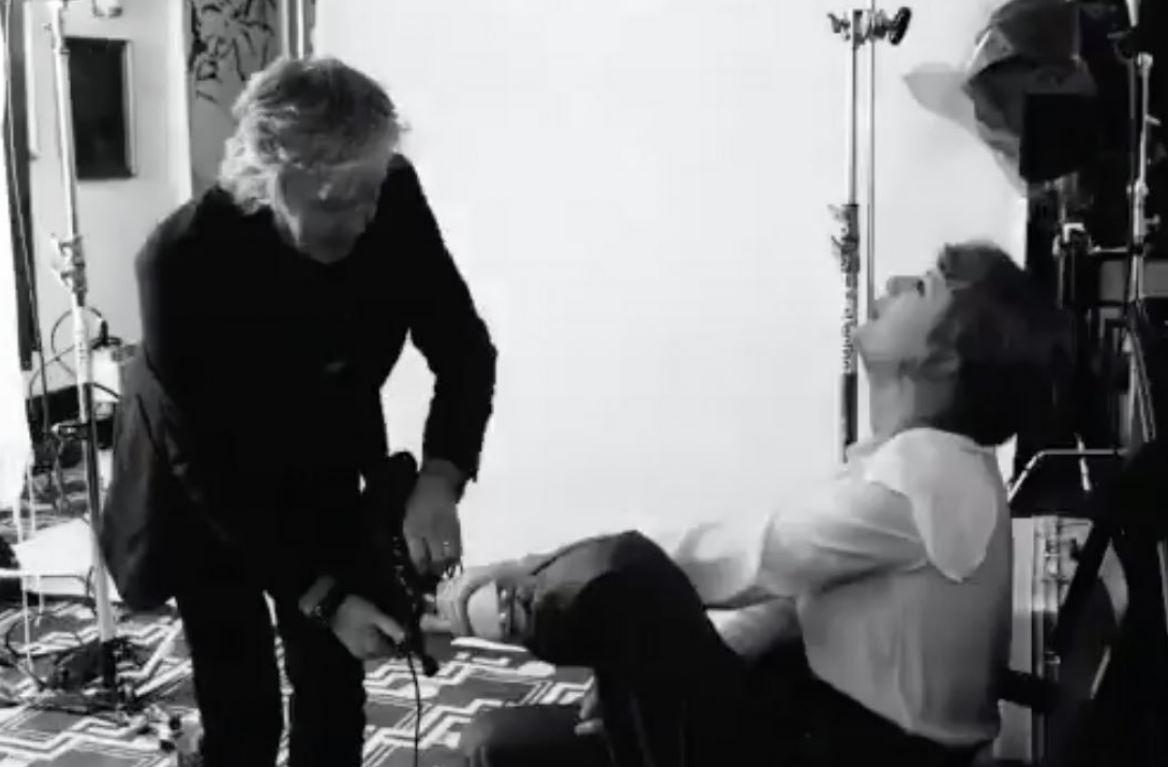 بول مكارتني يساعد تايلور سويفت على خلع الحذاء