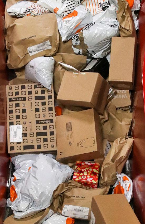 تكدس الهدايا ضغوط كبيرة على تسليم الطرود البريدية خلال فترة أعياد الميلاد  (1)