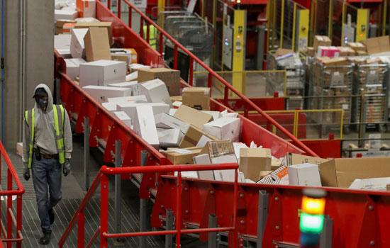تكدس الهدايا ضغوط كبيرة على تسليم الطرود البريدية خلال فترة أعياد الميلاد  (2)