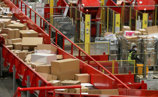 تكدس الهدايا ضغوط كبيرة على تسليم الطرود البريدية خلال فترة أعياد الميلاد  (5)