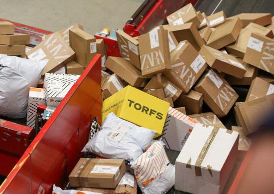 تكدس الهدايا ضغوط كبيرة على تسليم الطرود البريدية خلال فترة أعياد الميلاد  (6)