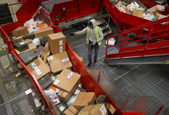 تكدس الهدايا ضغوط كبيرة على تسليم الطرود البريدية خلال فترة أعياد الميلاد  (3)