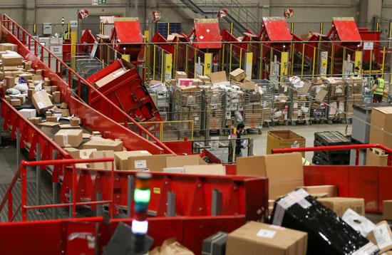 تكدس الهدايا ضغوط كبيرة على تسليم الطرود البريدية خلال فترة أعياد الميلاد  (9)