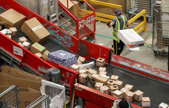 تكدس الهدايا ضغوط كبيرة على تسليم الطرود البريدية خلال فترة أعياد الميلاد  (8)